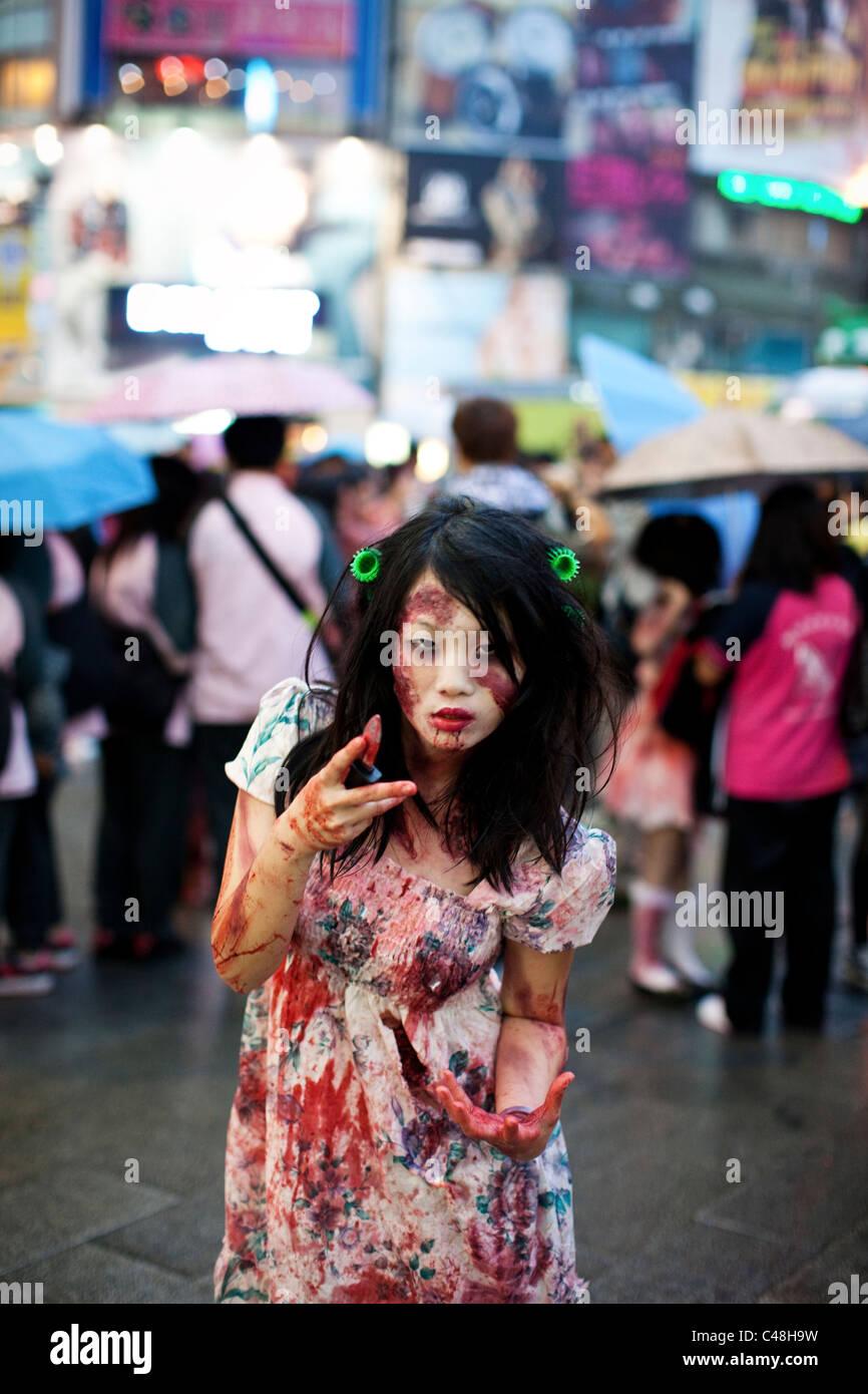 Retrato de una adolescente zombie en Ximending, Taipei, Taiwán, 30 de octubre de 2010. Imagen De Stock