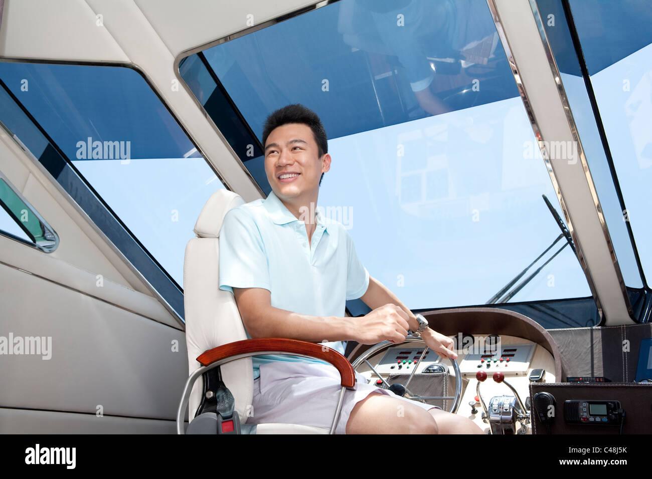 Hombre en un yate Cockpit Imagen De Stock
