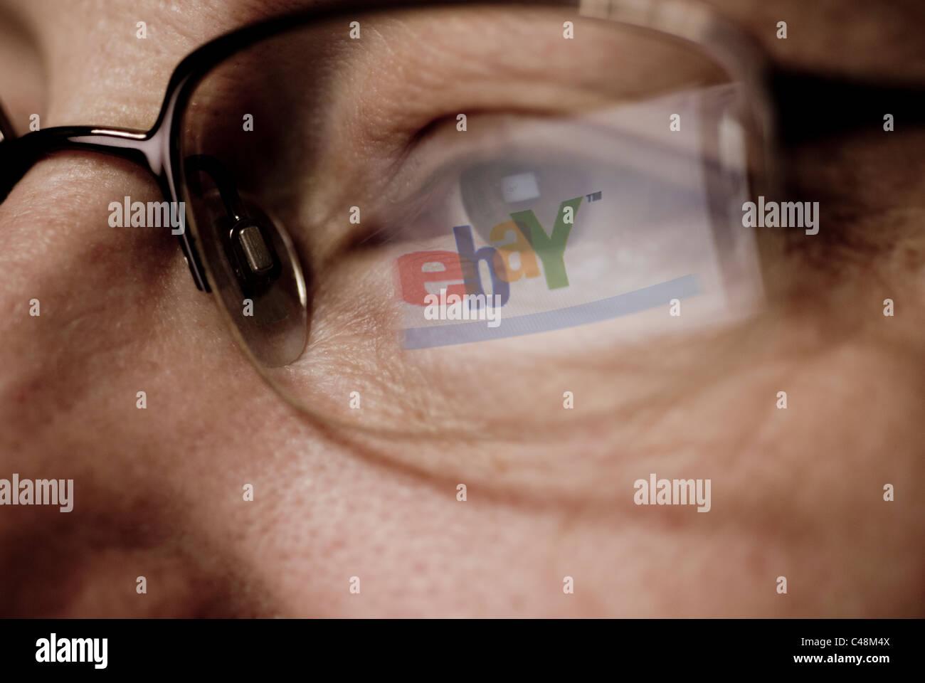 Logotipo del sitio de subastas Ebay reflejado sobre gafas Imagen De Stock