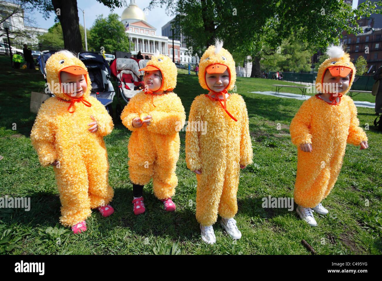 Niños vestidos con trajes de Pato Patito, evento de día por la casa estatal de Boston Common, Boston, Imagen De Stock