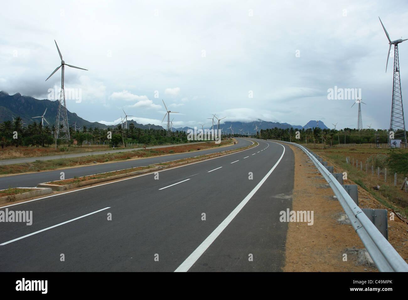 La autopista, el viento, la energía eólica, ventilador del molino de viento Imagen De Stock