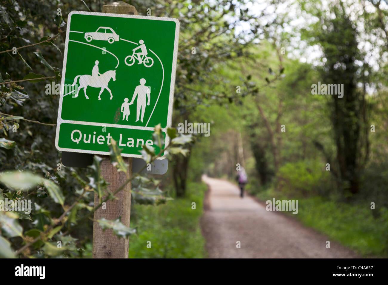 Signo de tierra tranquila en el carril del país en Hindhead Imagen De Stock
