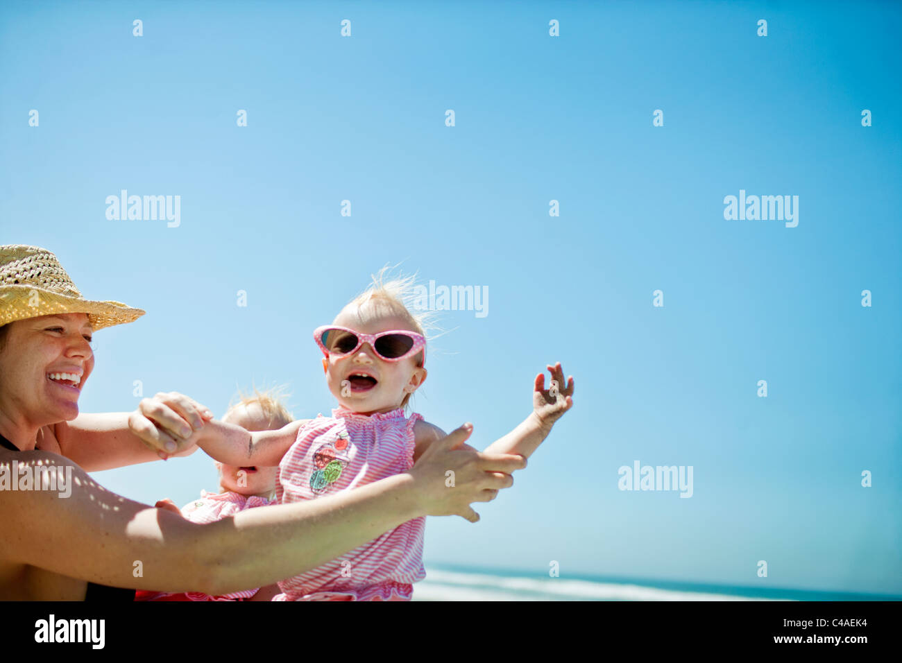Madre jugando con su hija en la playa Imagen De Stock
