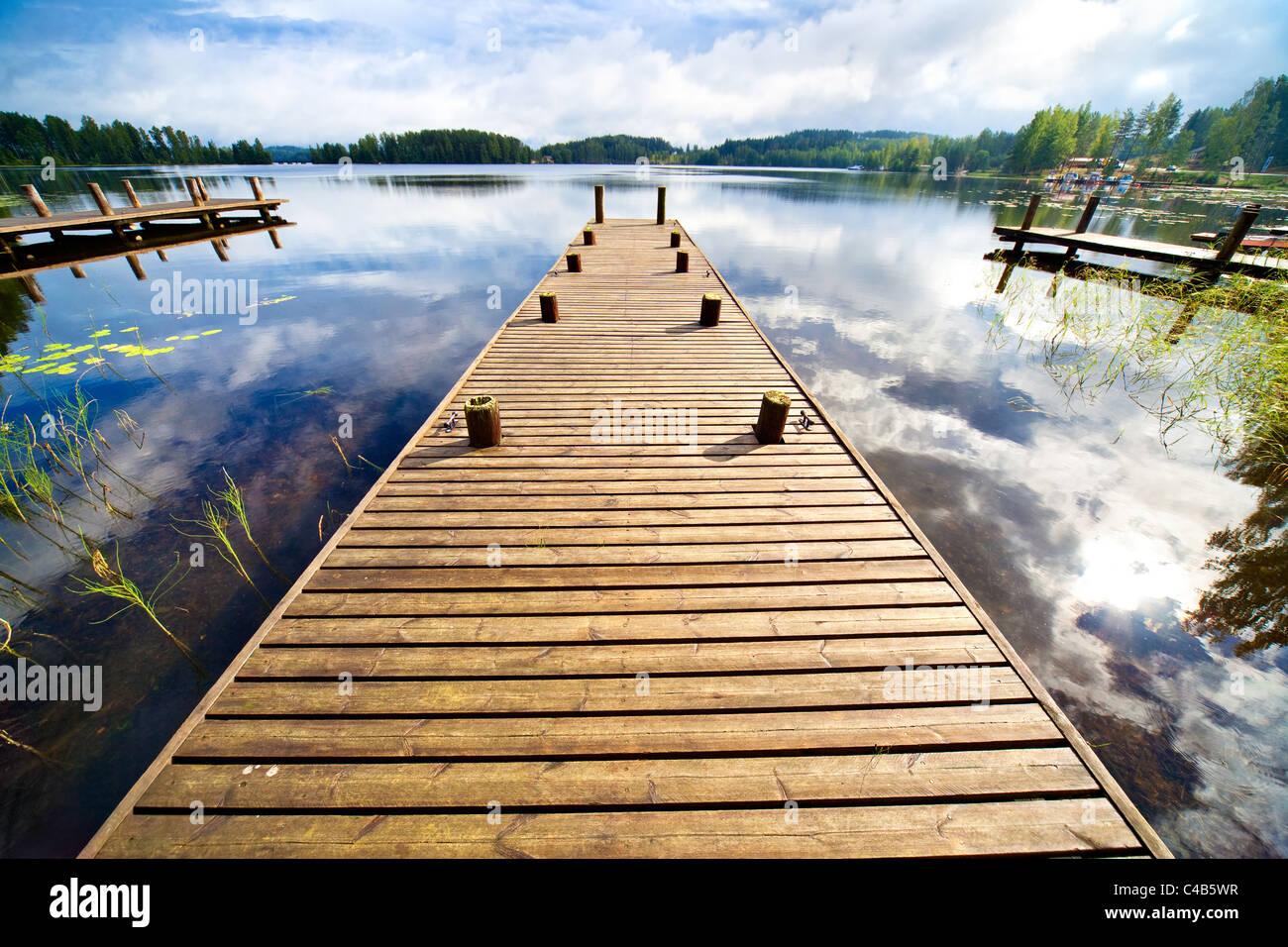 Puente de madera. Amplio ángulo de visión. Imagen De Stock
