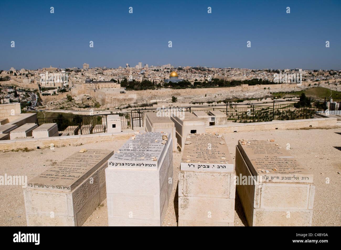 Una vista del Monte del Templo y la ciudad vieja de Jerusalén, como se ve desde el cementerio judío en el Monte Foto de stock