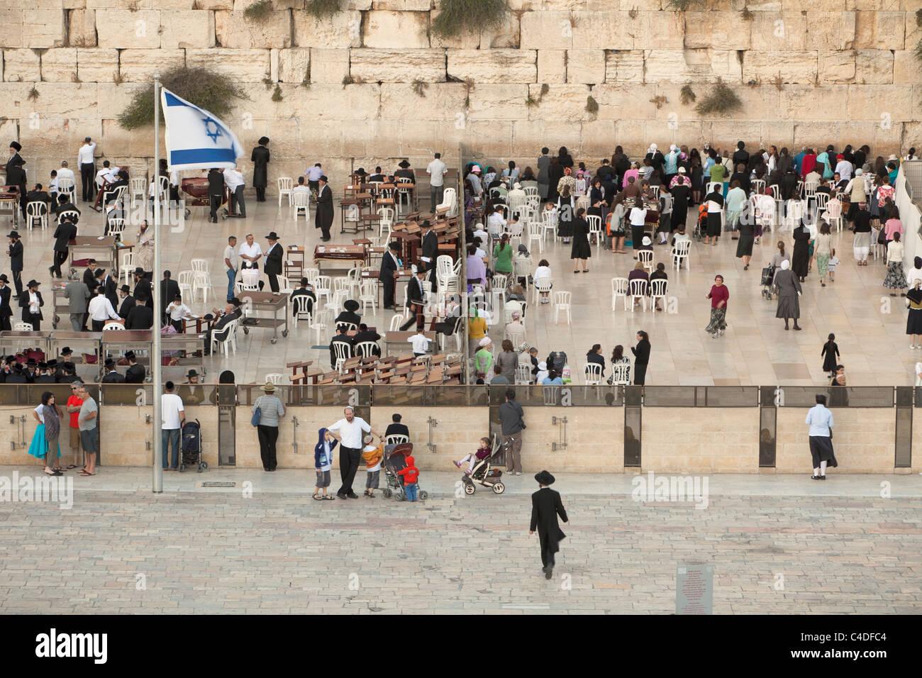 Hombres y mujeres judíos orar en secciones separadas del Muro de las Lamentaciones, Jerusalén, Israel. Imagen De Stock