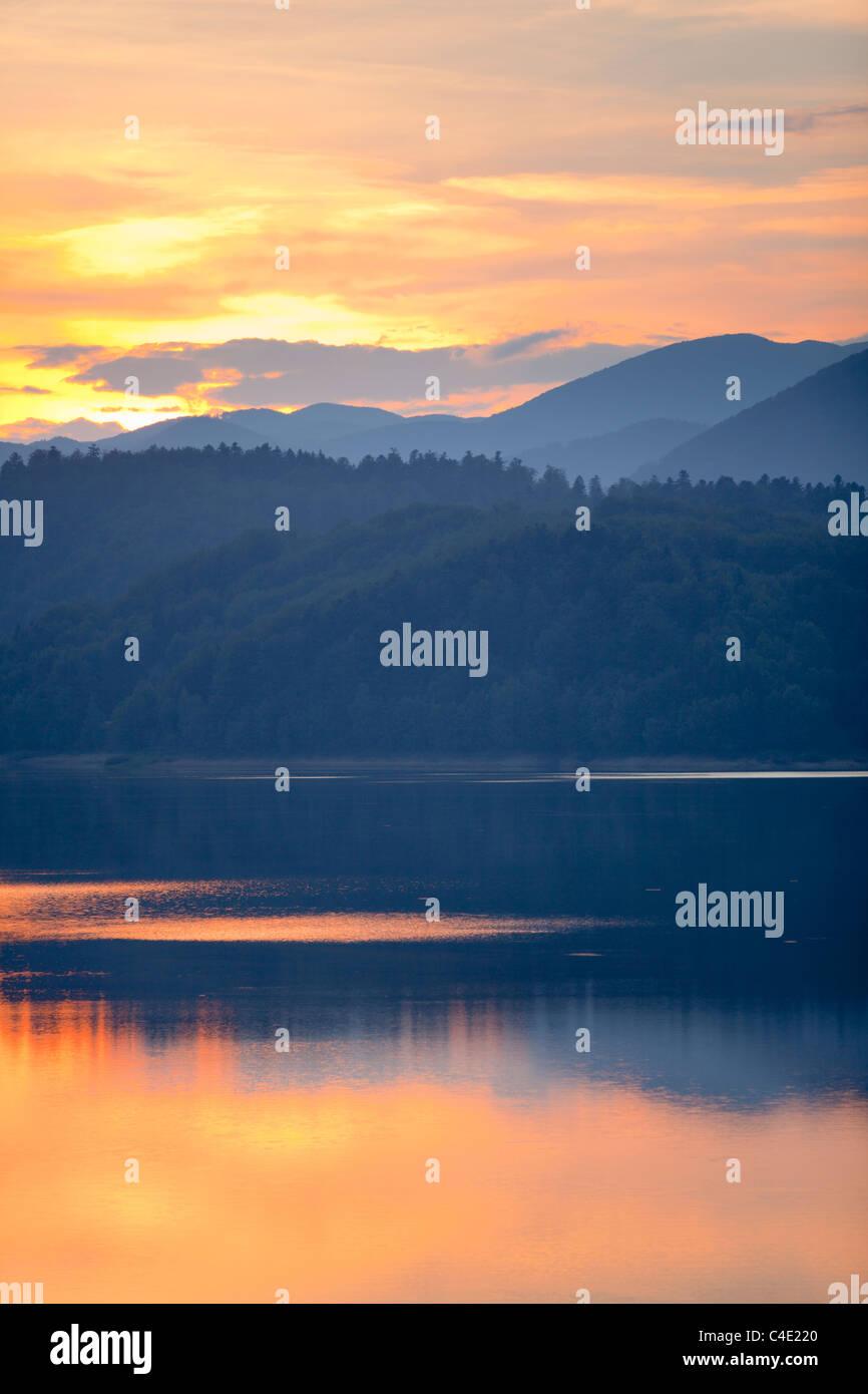 Lago Lokve en Gorski Kotar, Croacia crepúsculo naturaleza viva y el condado de Primorje-Gorski Kotar en adelante probablemente pero cerca evidentemente Foto de stock