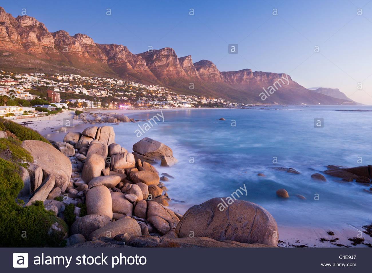 Los Doce Apóstoles se ciernen sobre Camps Bay, cerca de Ciudad del Cabo, Sudáfrica. Imagen De Stock