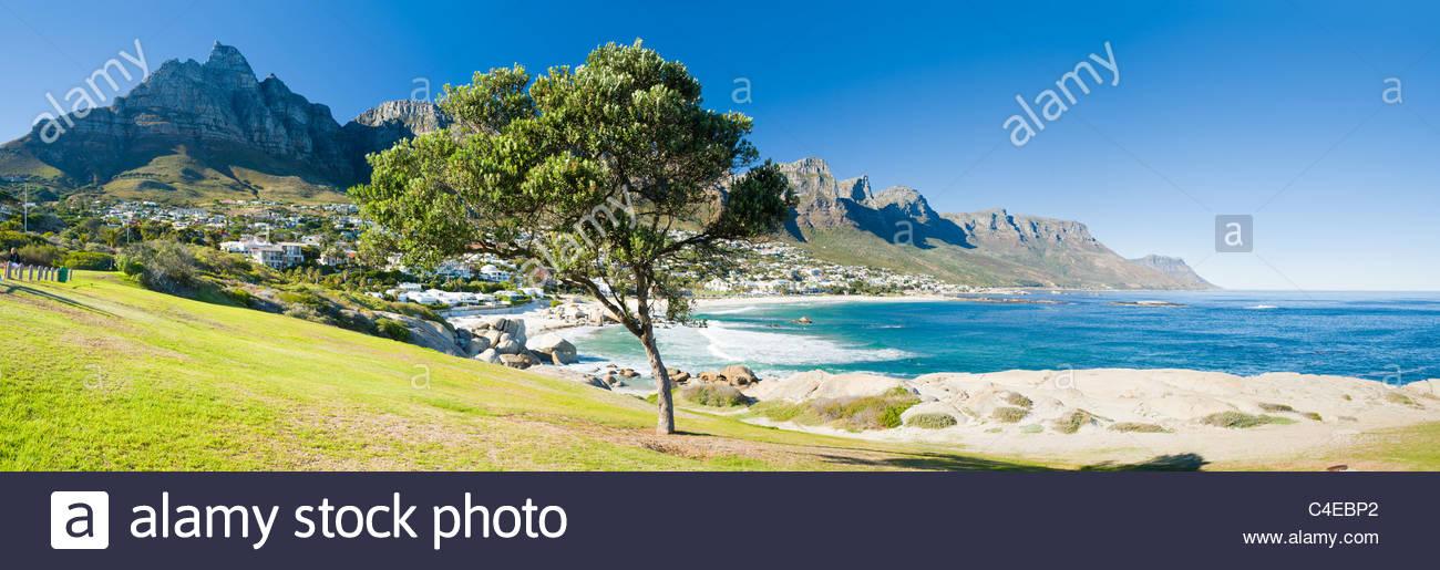 Camps Bay con detrás de la montaña de la Mesa, Ciudad del Cabo, Sudáfrica Imagen De Stock