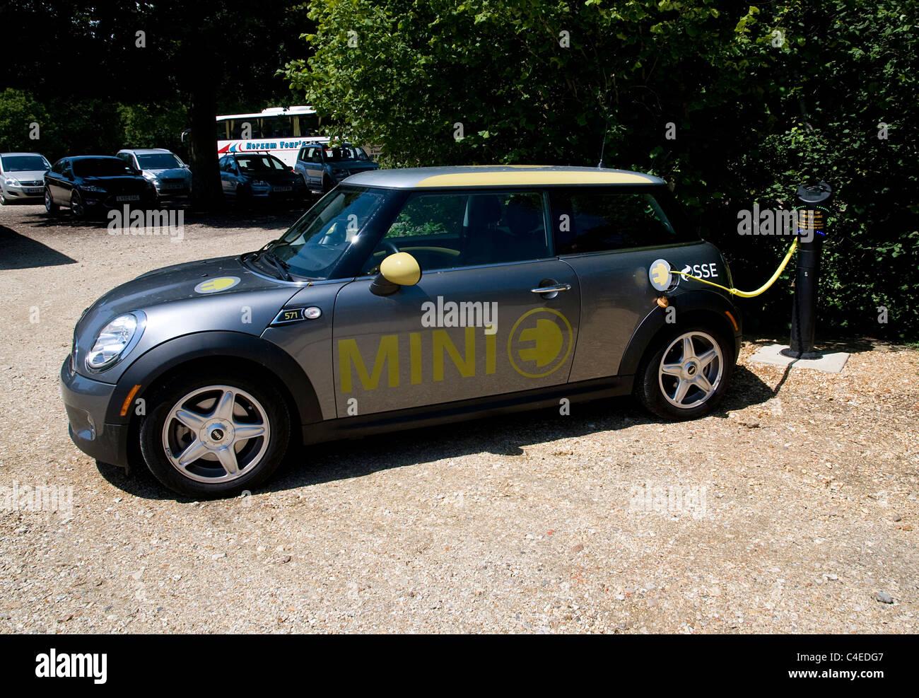 2011 Mini E coche eléctrico en el punto de carga de la batería Imagen De Stock