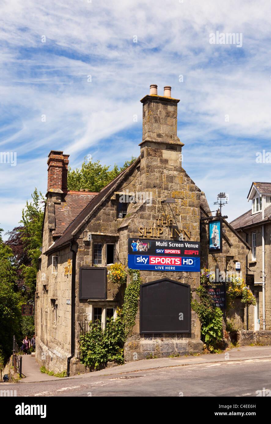 Pub británico promo con Sky Sports en el lateral, en Dorset, Reino Unido Imagen De Stock