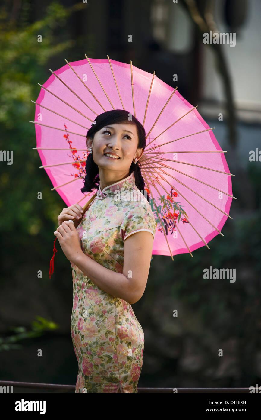 Mujer En Un Qipao En El Jardin De La Alegria Suzhou China Foto