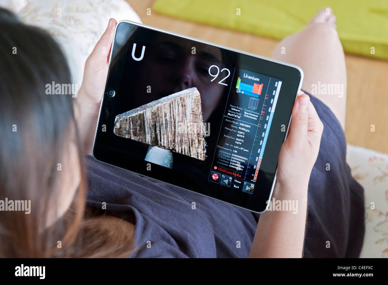 Mujer con una app de ciencia interactivo de la tabla peridica de mujer con una app de ciencia interactivo de la tabla peridica de los elementos en un ipad tableta digital urtaz Image collections