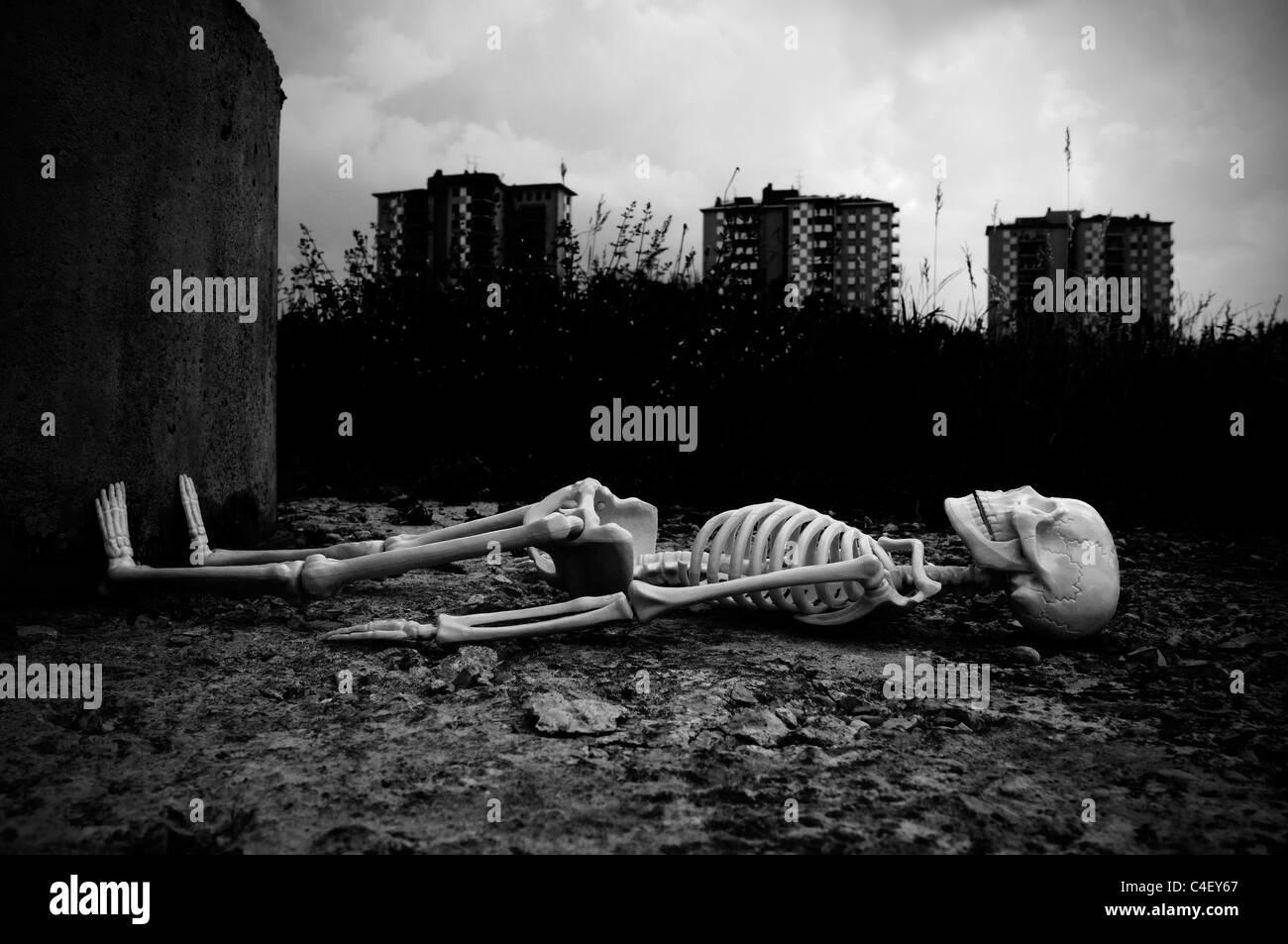El esqueleto que yacía en el suelo Imagen De Stock