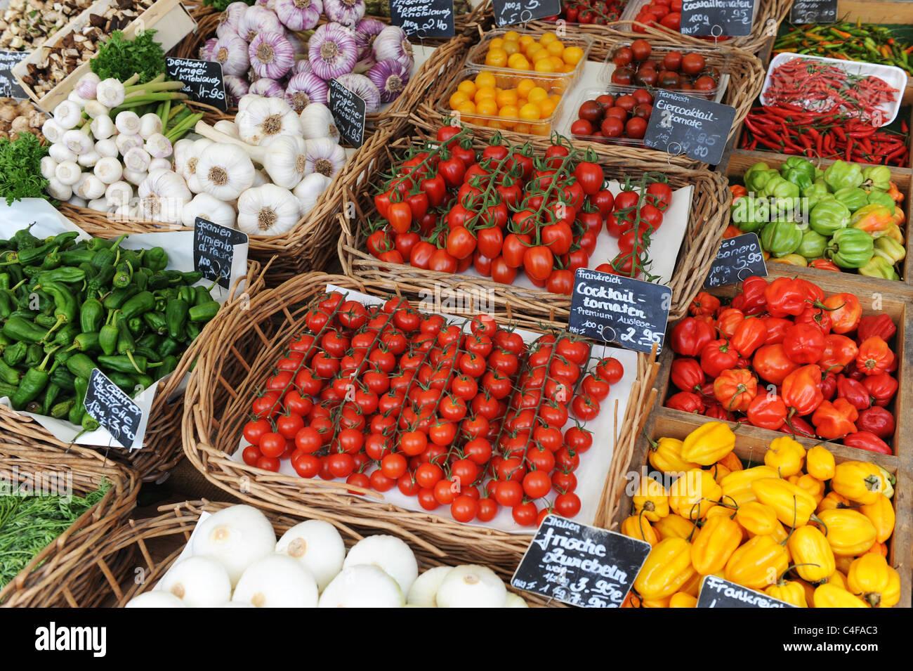 Frutas y verduras exóticas frescas en venta Munich Alemania Baviera Munchen Deutschland Foto de stock