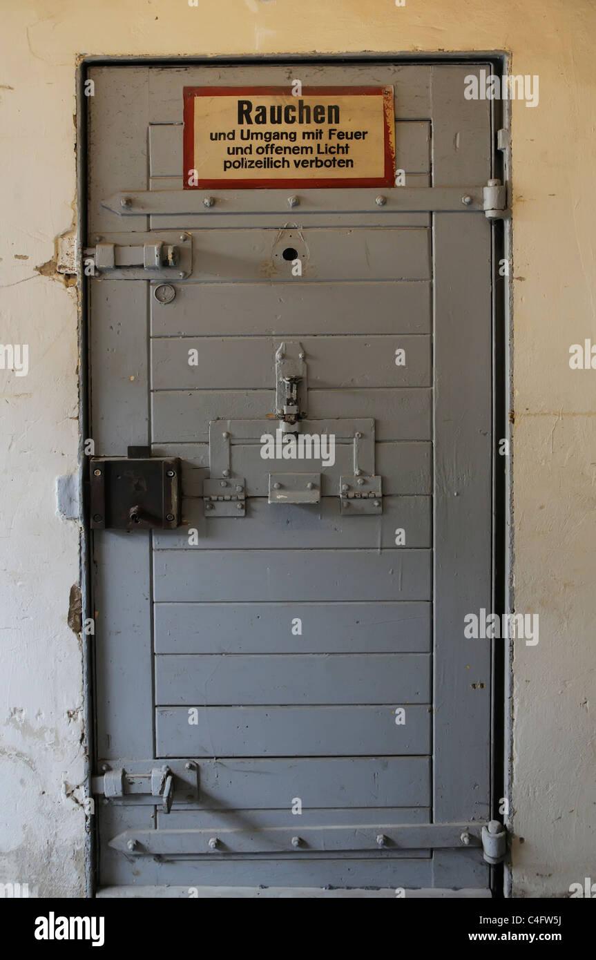 Una llamada en la puerta de la cárcel Hohenschonhausen en Berlín oriental Imagen De Stock