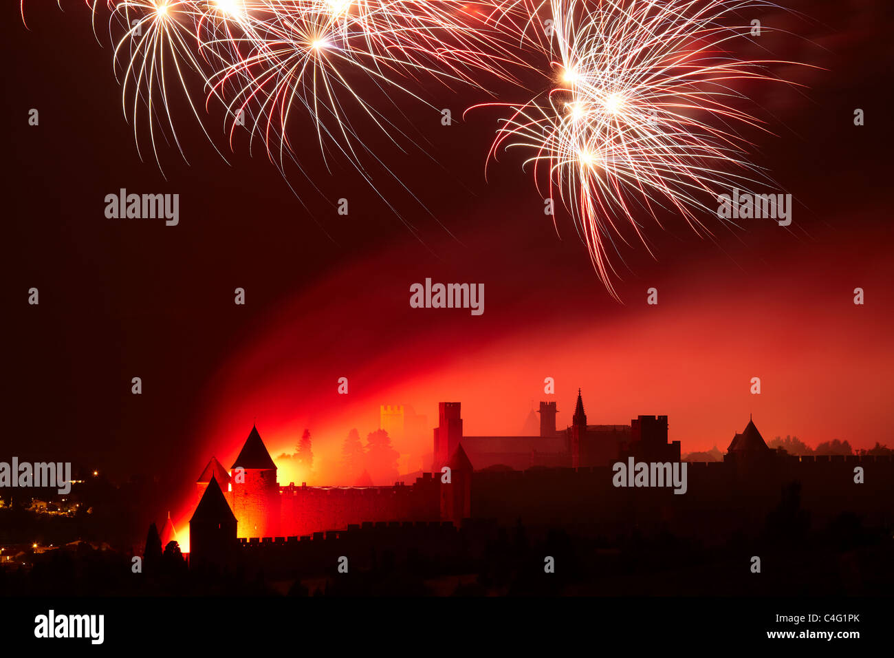 Día de la bastilla fuegos artificiales a lo largo de Carcasona, el Aude, Languedoc-Rousillon, Francia Imagen De Stock