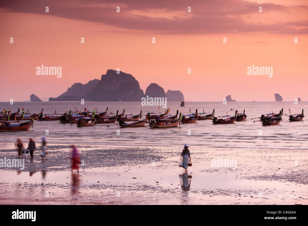 La playa de Ao Nang al anochecer, nr en Krabi, Tailandia Imagen De Stock