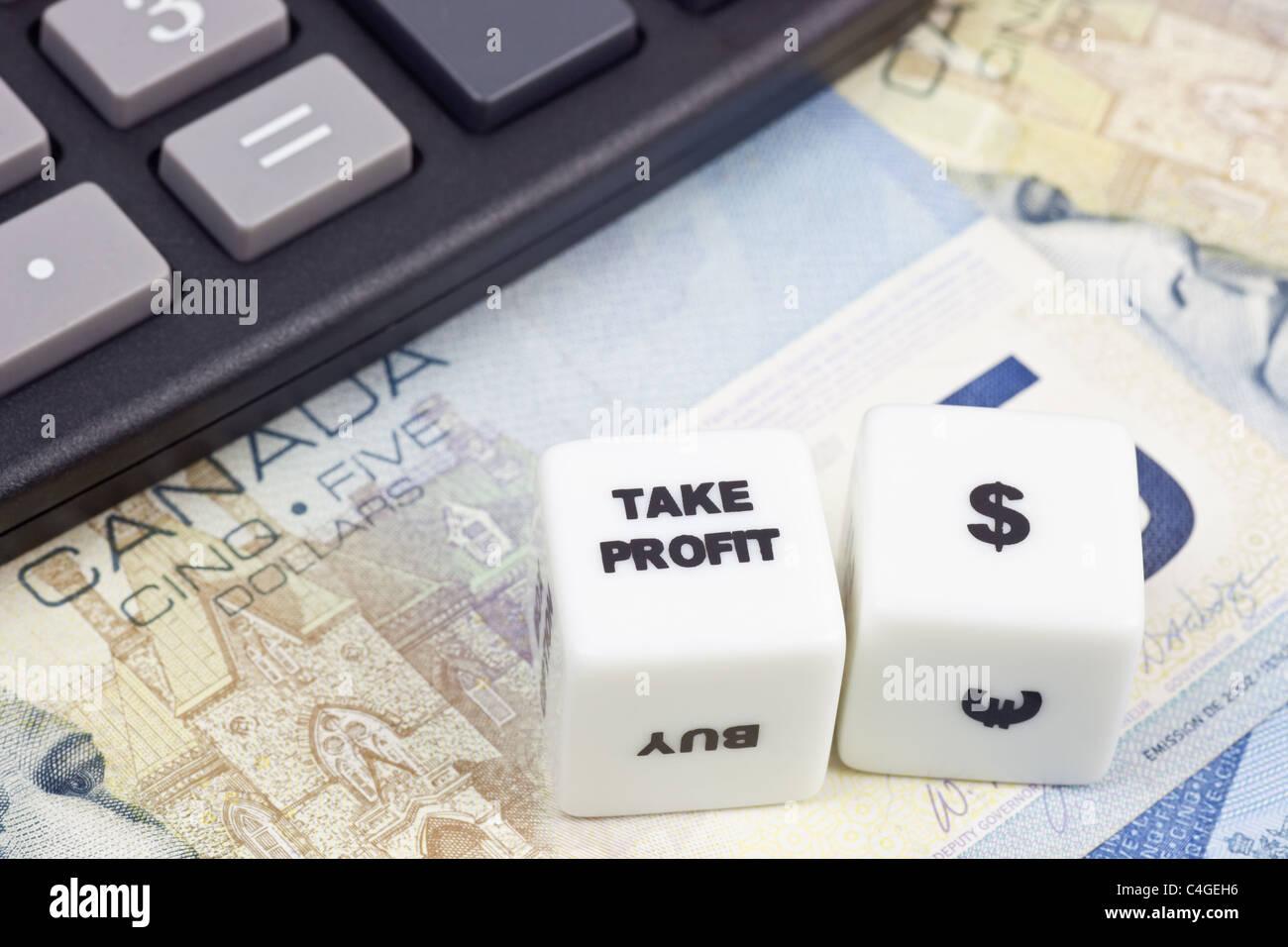 La moneda canadiense con la calculadora y dados mostrando Take profit Foto de stock