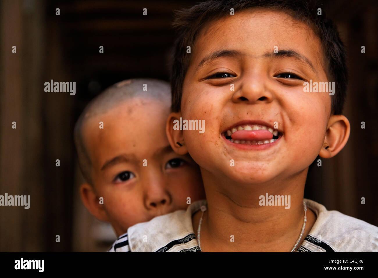 China - La provincia de Xinjiang, Kashgar - niños impertinentes en el casco antiguo Imagen De Stock