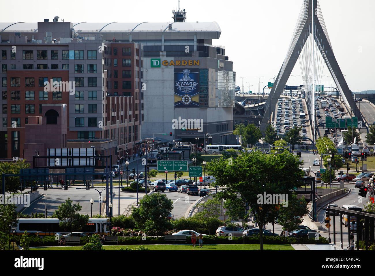 Boston Garden, Zakim Bridge y el Greenway, Boston, Massachusetts Imagen De Stock