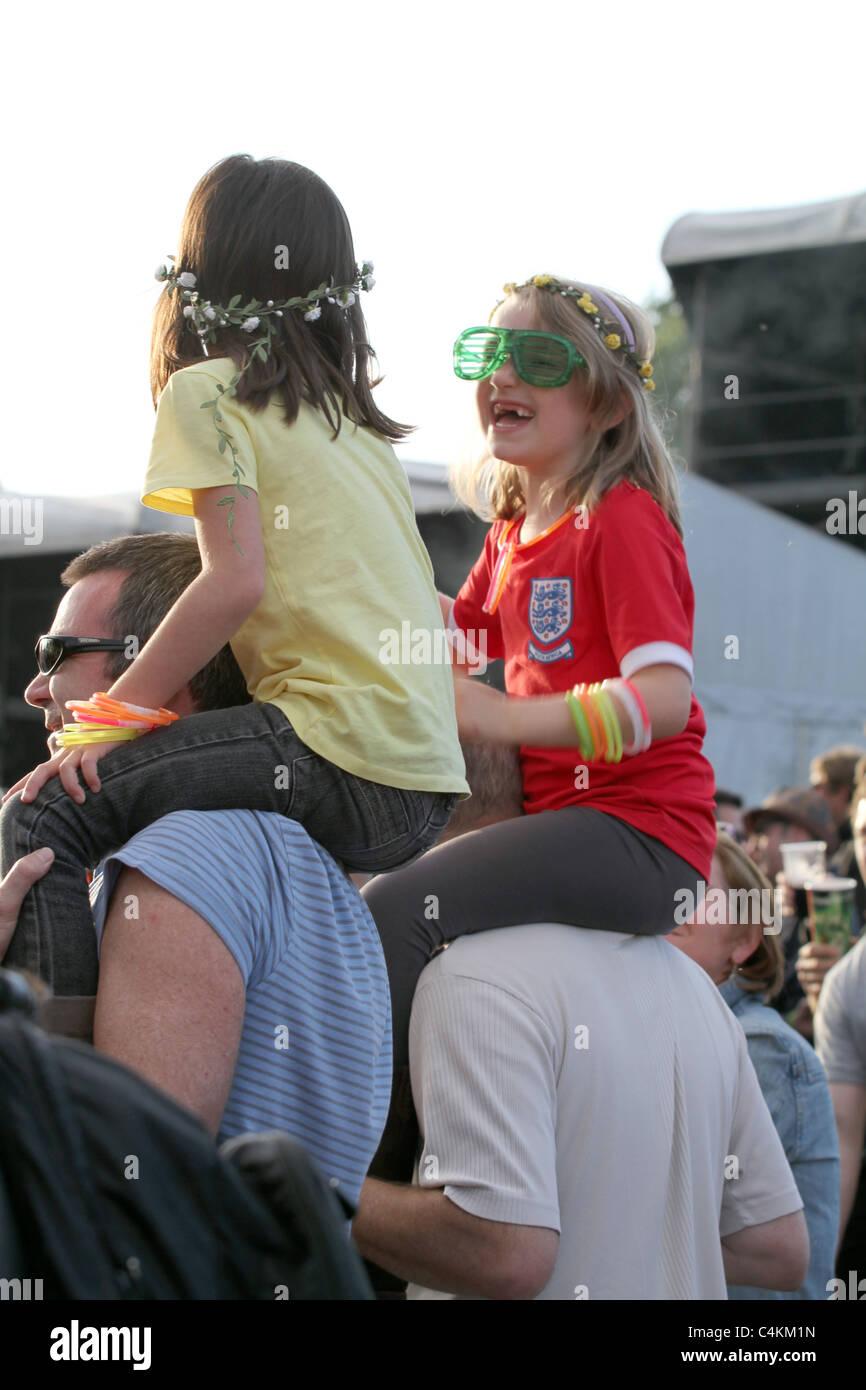 Familias disfrutando en un festival de música en Inglaterra durante el verano Imagen De Stock