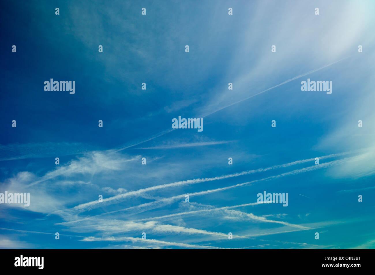 Las nubes cirros en el cielo azul, la región de Burdeos (Francia) Foto de stock