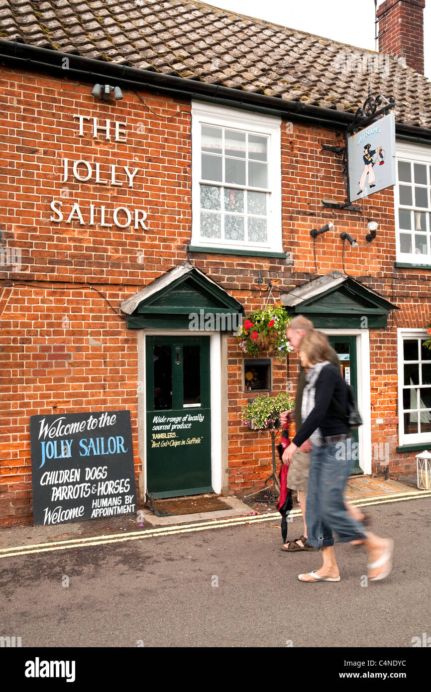 Las personas fuera del el pub Jolly Sailor, aldea Orford Suffolk UK Foto de stock