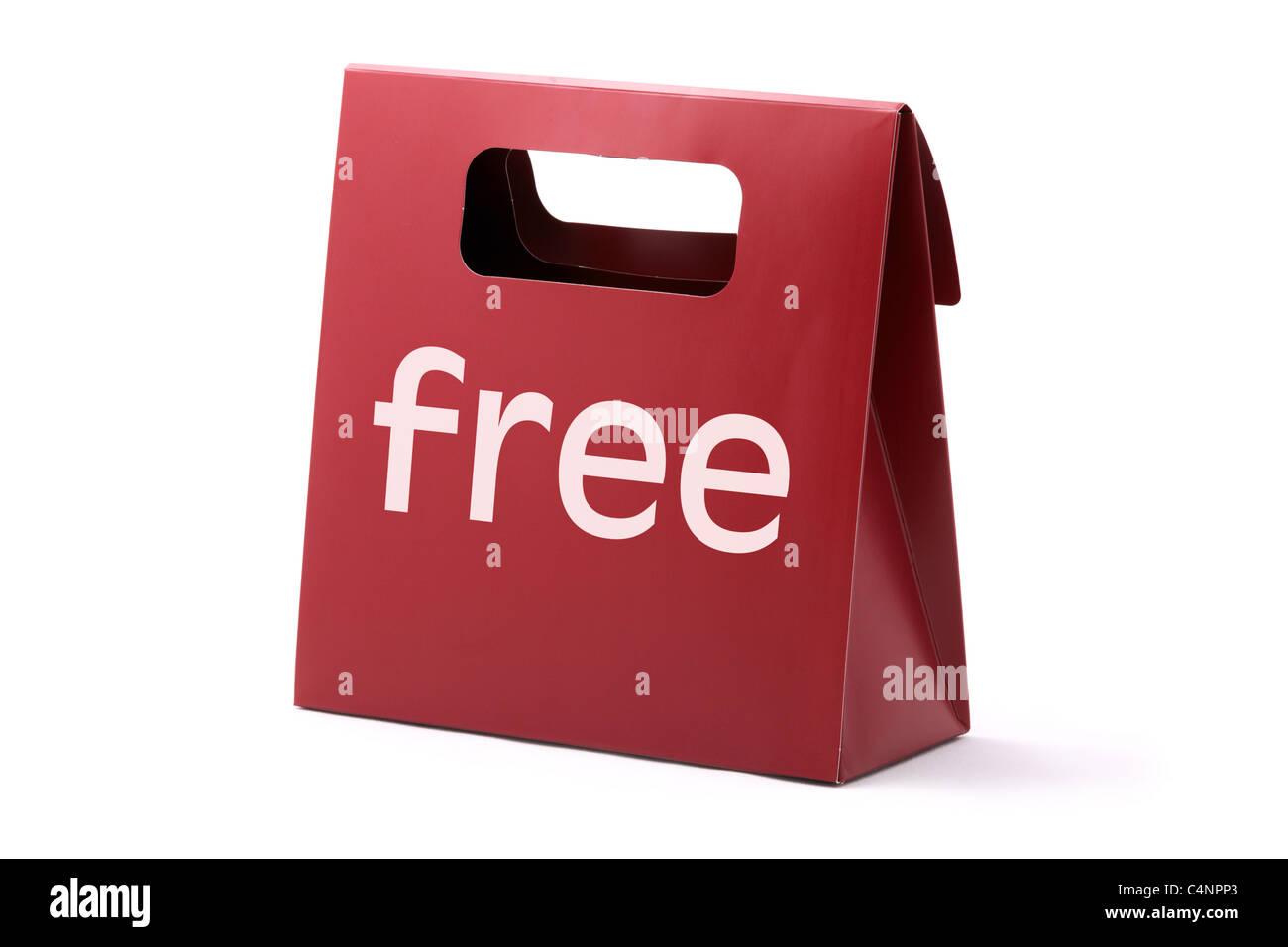 Elegante bolsa de cartón rojo con la palabra libre aislado sobre un fondo blanco. Imagen De Stock