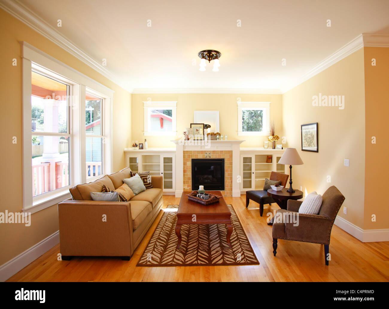 Sala amueblada en una casa de estilo artesano de nueva construcción. Imagen De Stock