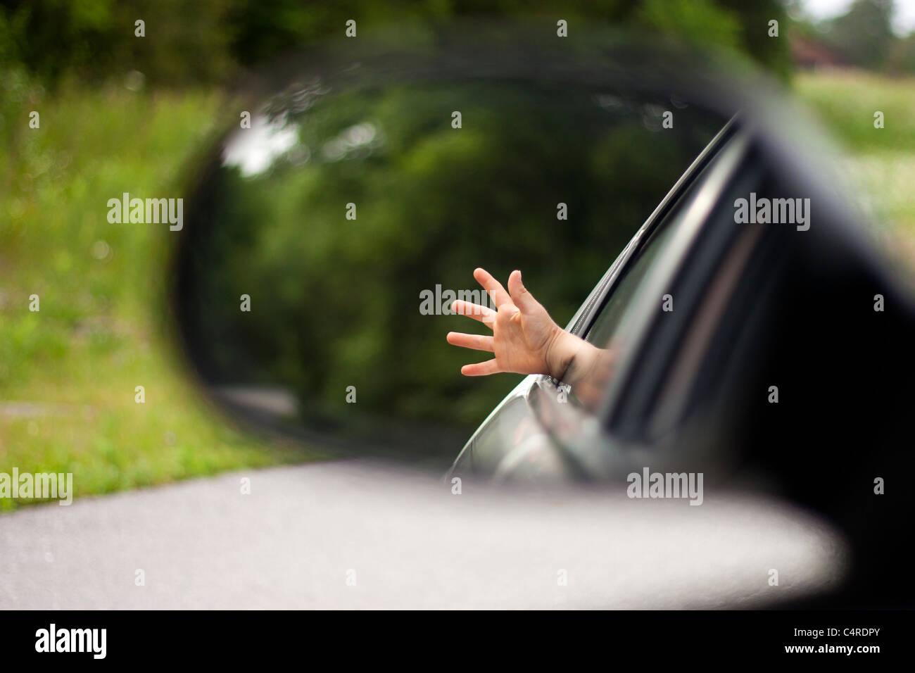De un lado los muchachos llega un coche de la ventana para sentir el viento Imagen De Stock