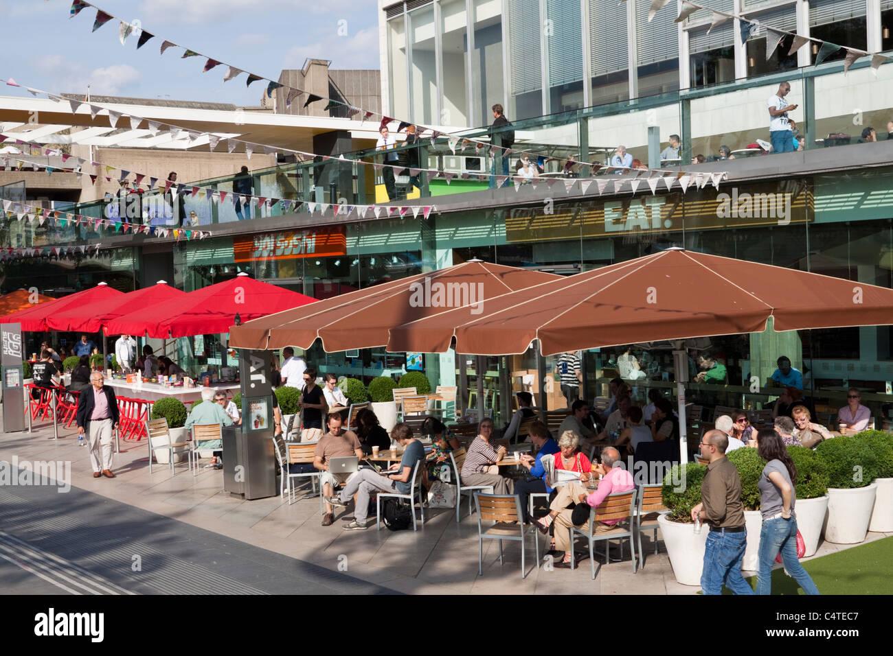 La gente disfrutando de los bares y restaurantes en el Royal Festival Hall, South Bank, Londres, Inglaterra, Reino Foto de stock