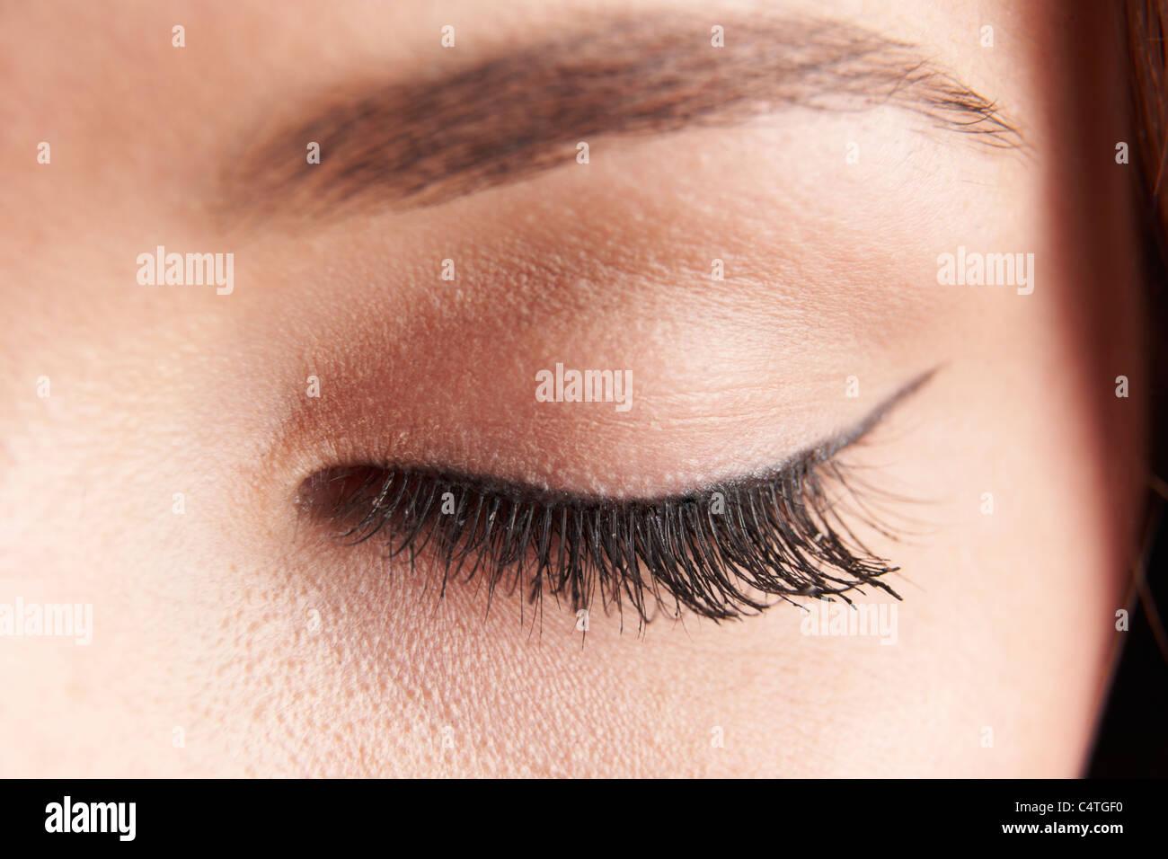 Cerca de los womans párpado marrón con ojos falsos latigazos Imagen De Stock