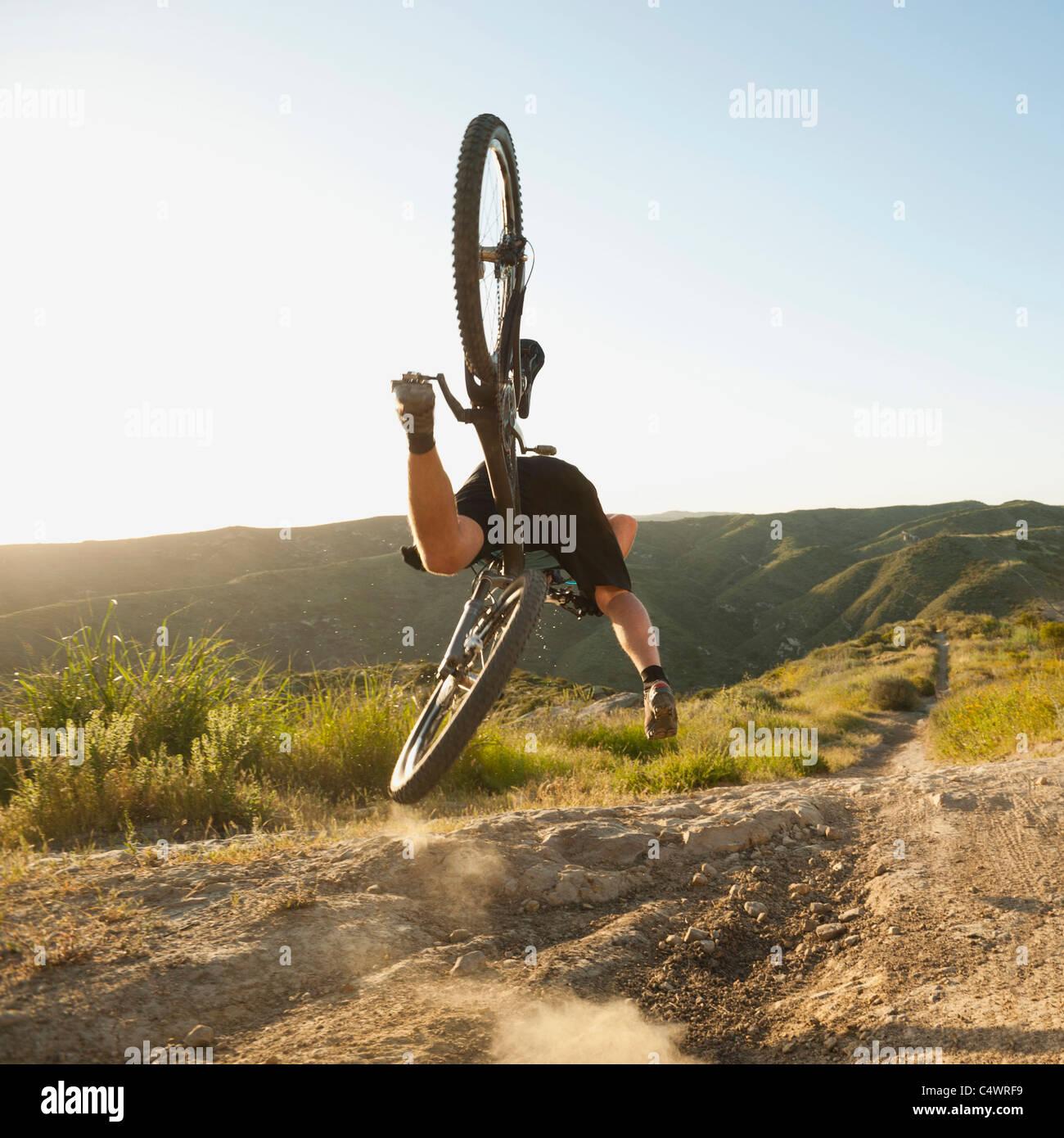 California, Estados Unidos, Laguna Beach, Ciclista de montaña cayendo de su moto Imagen De Stock