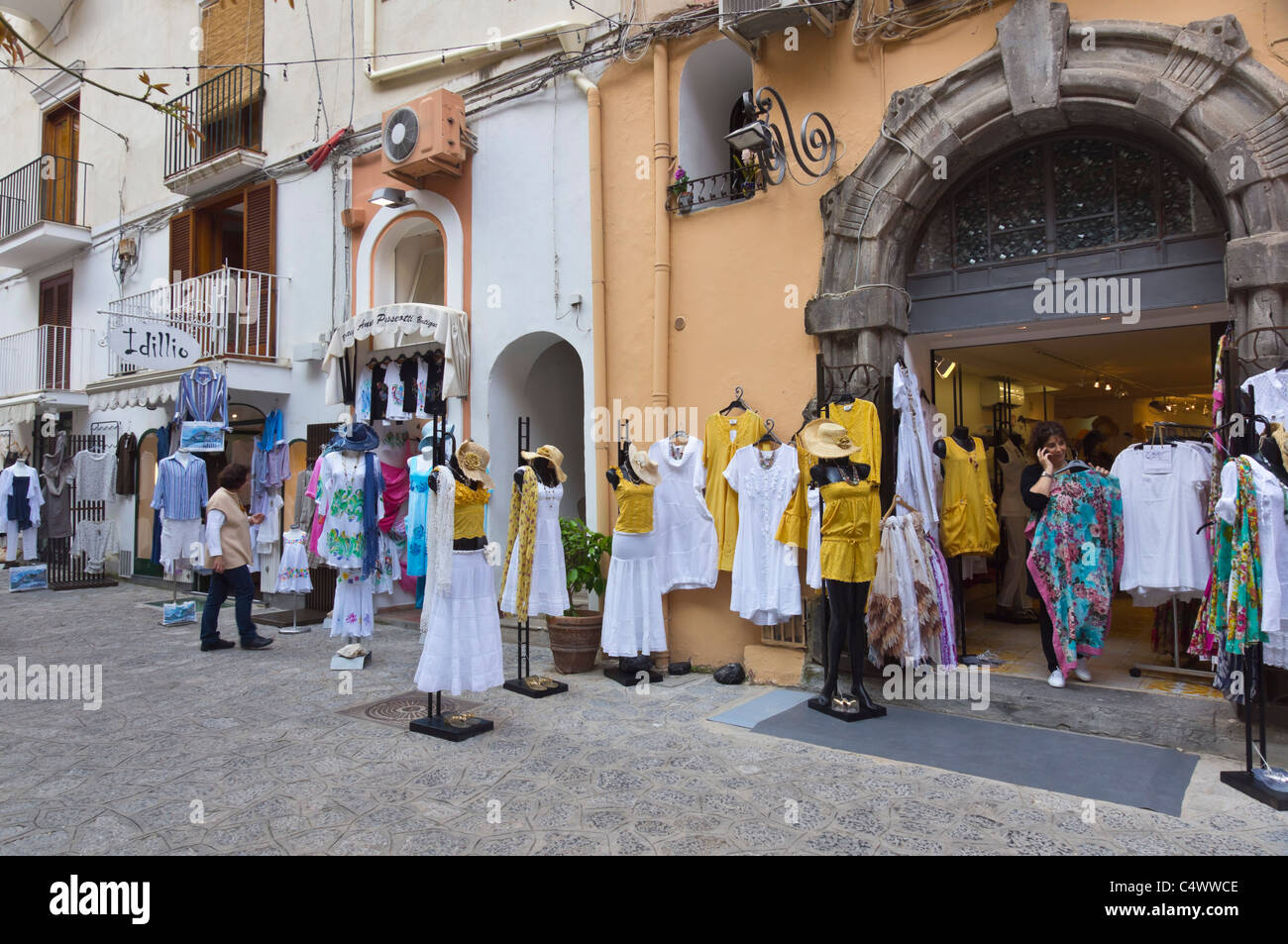 Italia - Positano. Tiendas de Moda fabricada localmente, famoso por vestidos de verano, 'moda Positano'. Imagen De Stock