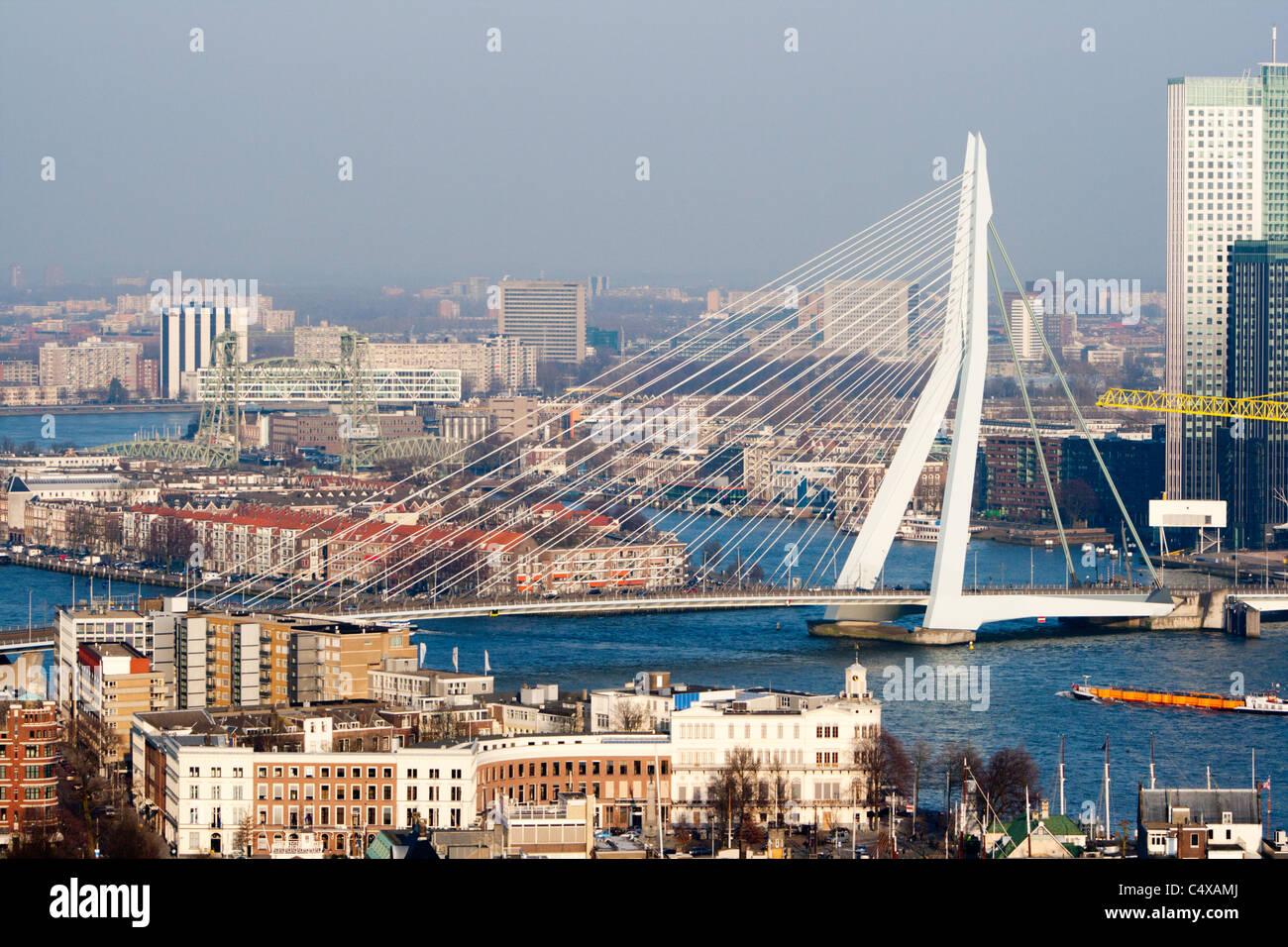 Ver el Euromast en la ciudad de Rótterdam y el puente Erasmus en un claro día de invierno. Imagen De Stock