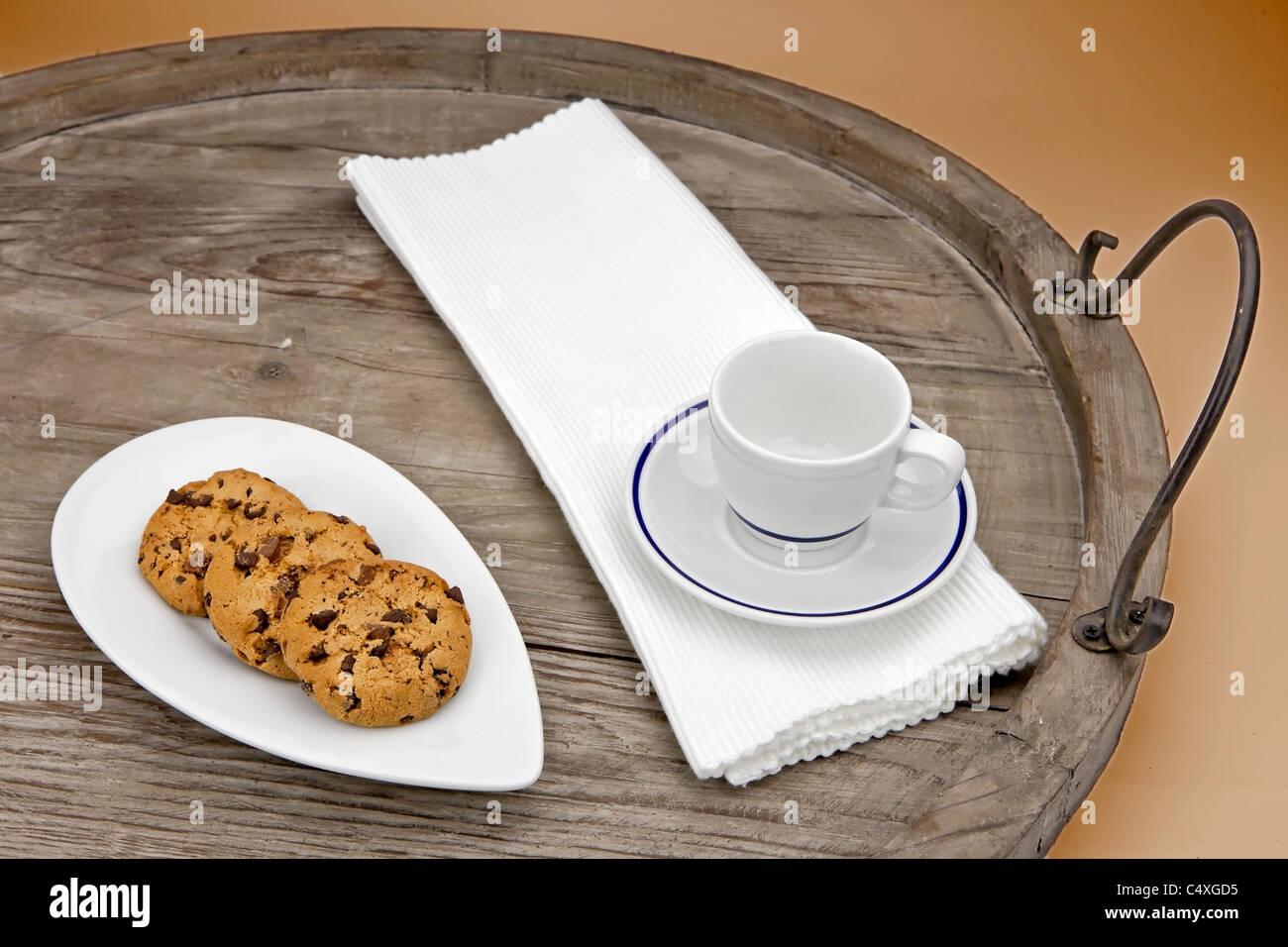 Las galletas con trocitos de chocolate servido en una bandeja de madera antiguos Foto de stock