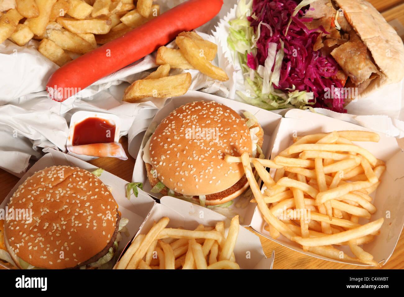 Kebab, hamburguesas, patatas fritas y otros alimentos fritos grasos insalubres. Imagen De Stock