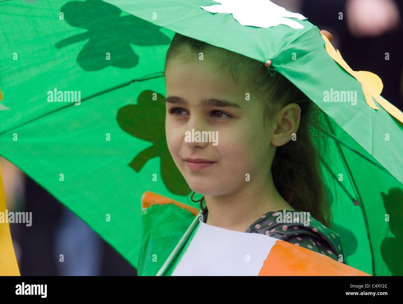 Niña Vestidos De Bandera Irlandesa Sosteniendo Un Paraguas