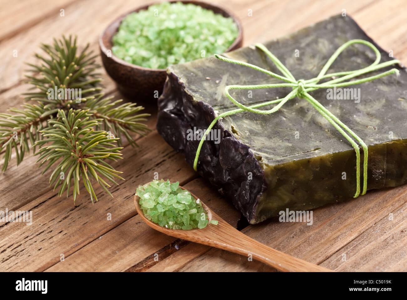 Jabón de pino con sal de mar y la rama de pino. Imagen De Stock