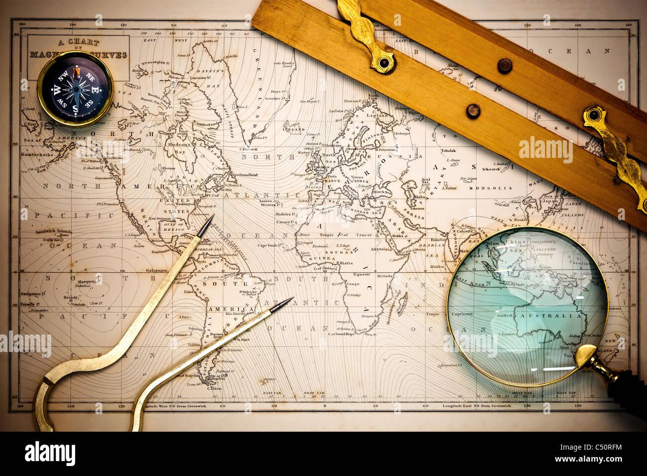 Foto de un antiguo mapa del siglo XIX dibujados a mano con objetos de navegación sobre ella, con el viñeteado. Imagen De Stock
