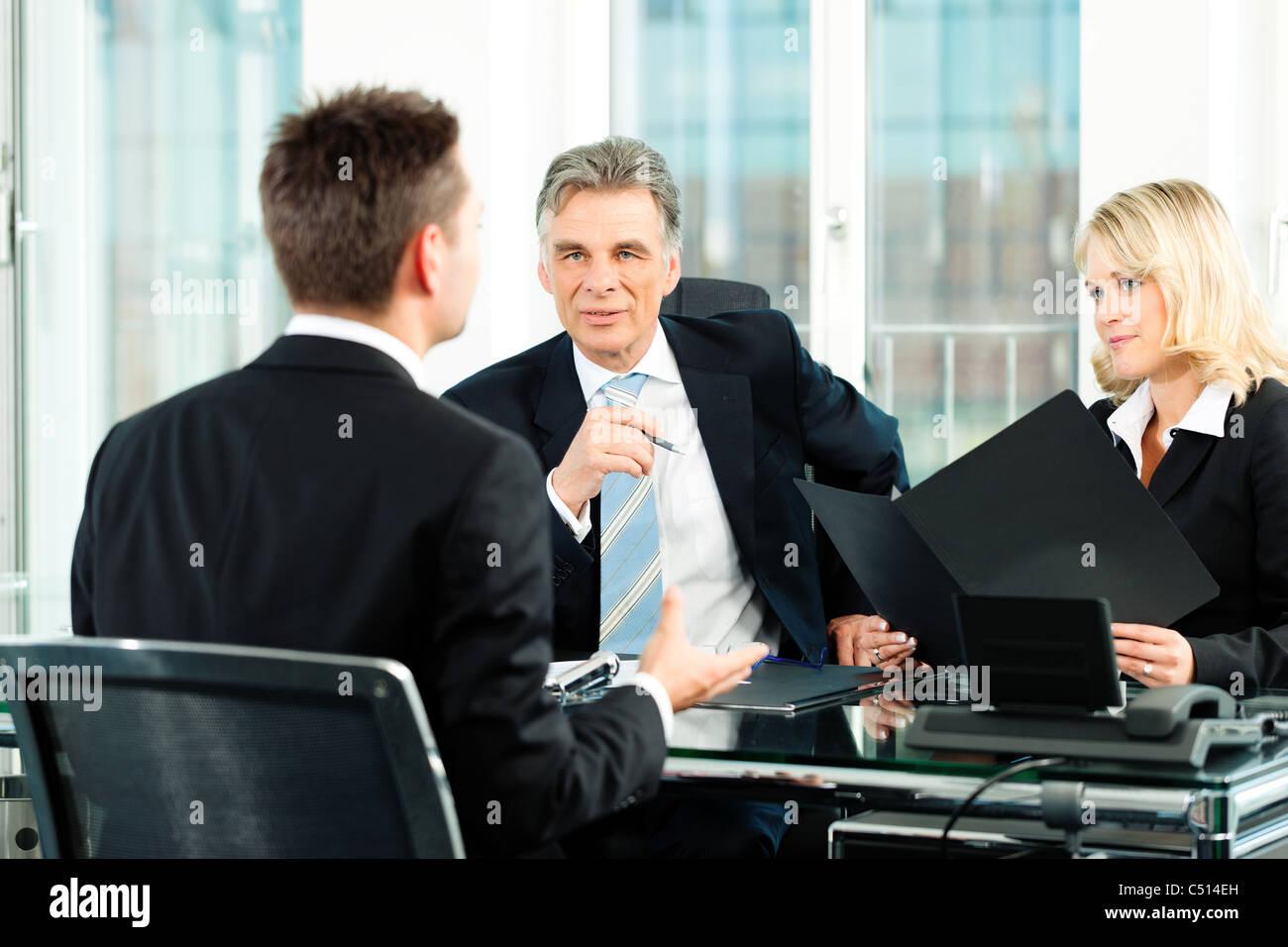 Negocios - joven sentado en una entrevista de trabajo Foto de stock