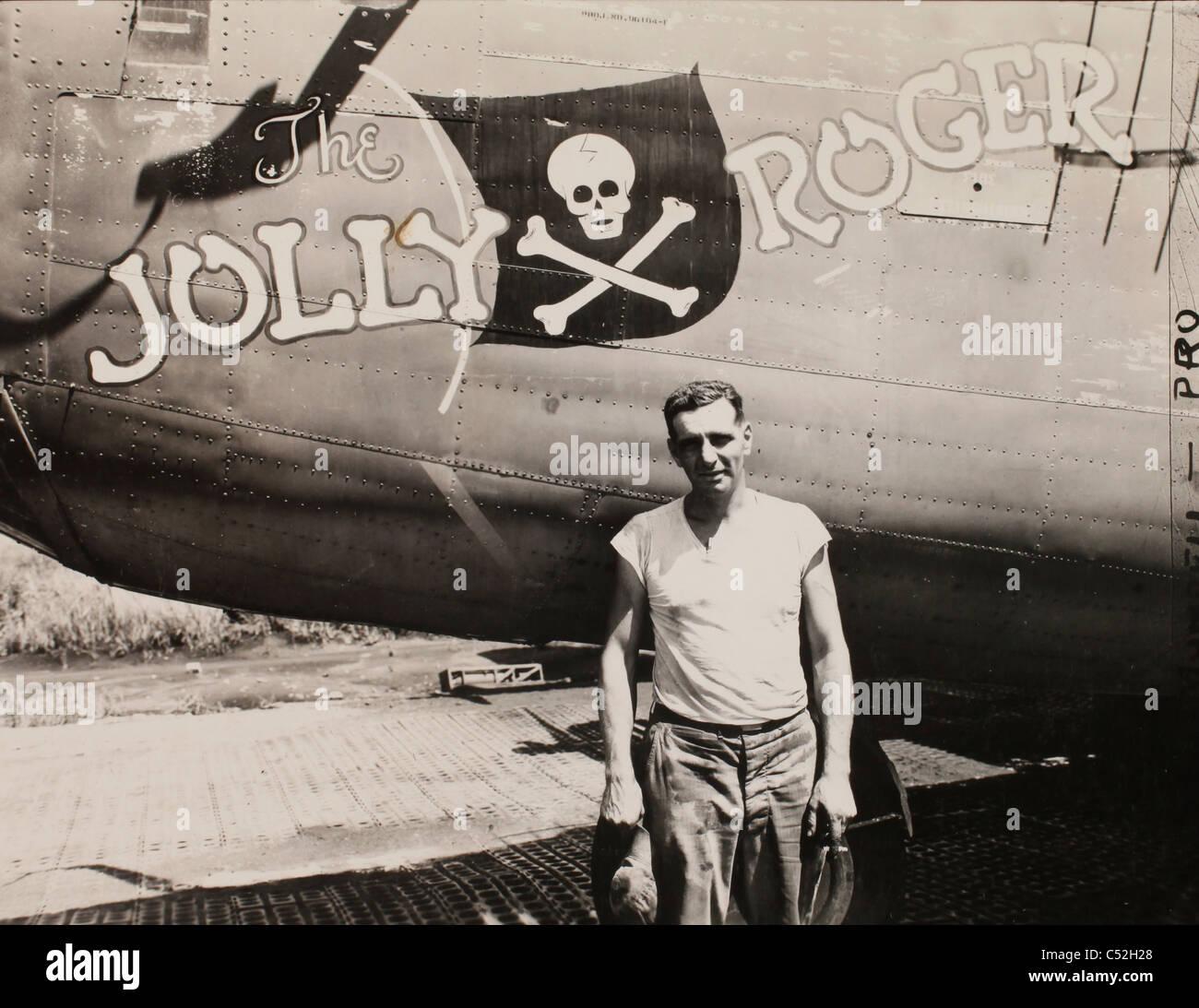 """El Sargento Primero. Robert Porter de pie al lado de un bombardero B-24 liberator denominada """"Jolly Roger"""". Es un veterano de muchos ataques contra Foto de stock"""