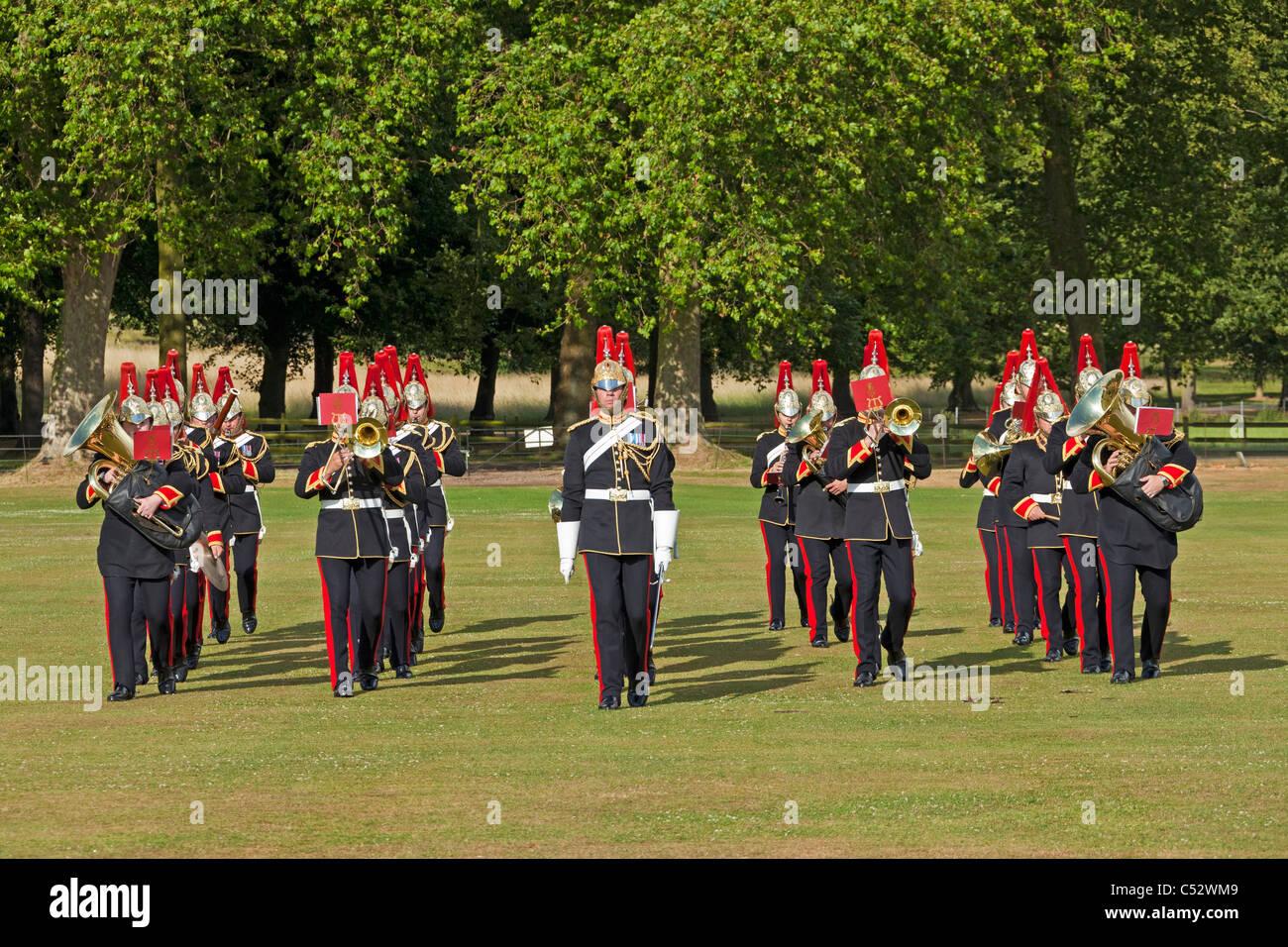 La banda militar de los Blues y Royals jugando y marchando en una función privada Royal Windsor Great Park. Imagen De Stock