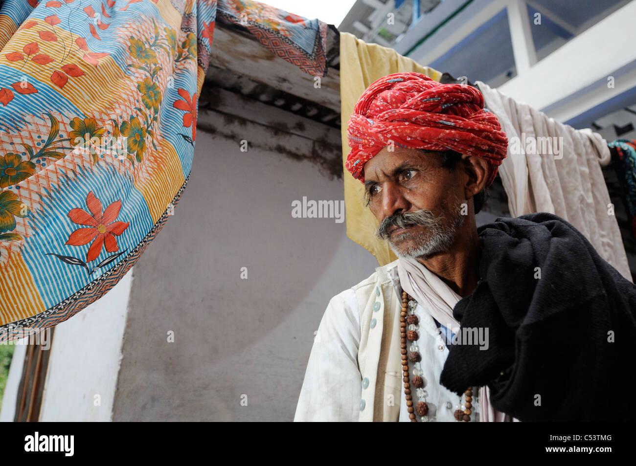 Peregrinos en el camino al templo hindú en Kedarnath Foto de stock
