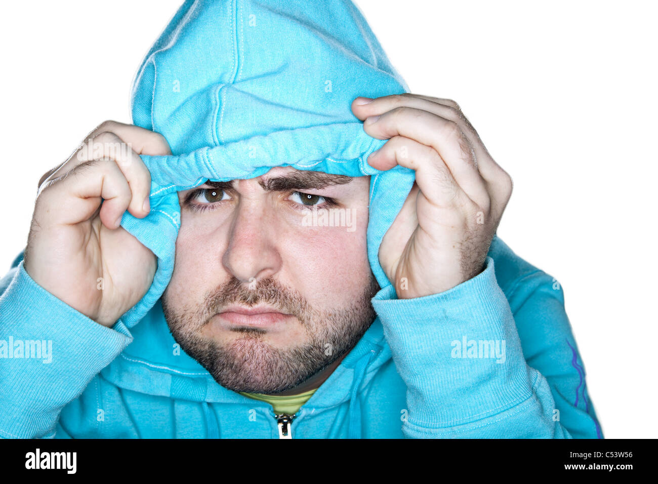 Un macho de Cáucaso con una expresión quizzical saca el capó hacia abajo a lo largo de su frente. Imagen De Stock