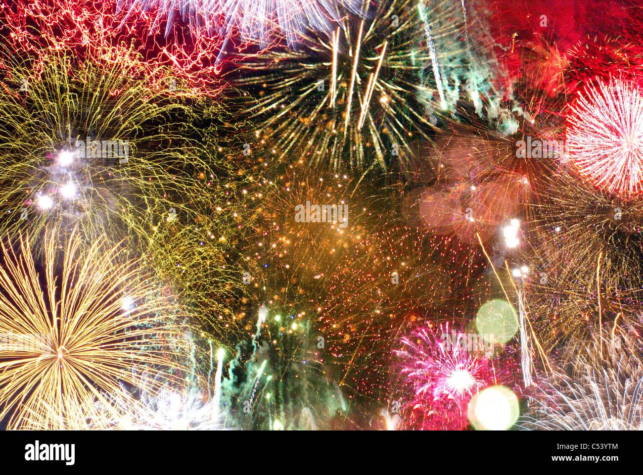 Tipo de fondo imagen mostrando muchas explosiones de fuegos artificiales. Foto de stock
