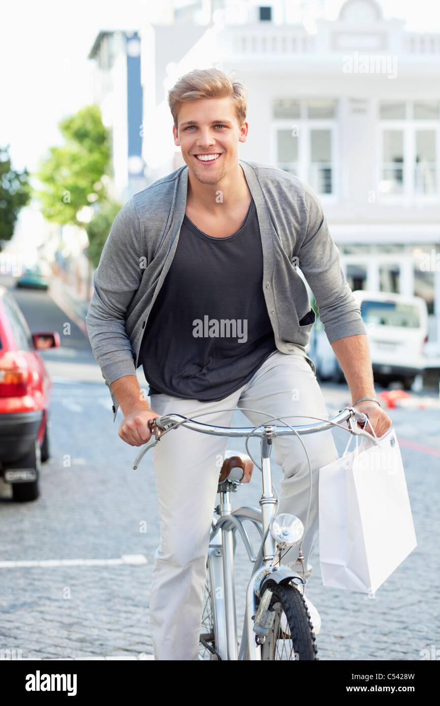 Retrato de un joven ciclismo Foto de stock