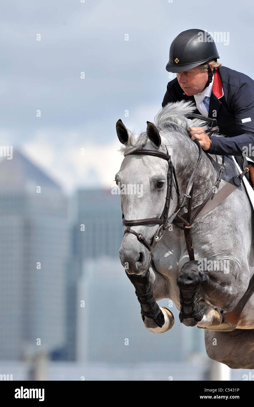 Nick Skelton (GBR) caballo Carlo con Canary Wharf en el fondo. Show Jumping Demostración de Competencia. Greenwich Imagen De Stock