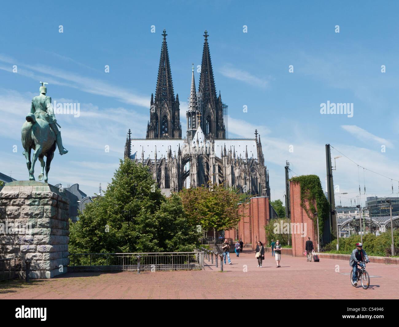Estatua del emperador y el Dom o Catedral de Colonia Alemania Imagen De Stock